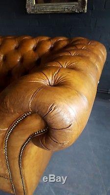 1032. Fauteuil Chesterfield Vintage Club En Cuir Et Pouf Courier Av