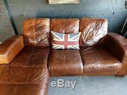 2003. Canapé D'angle 3 Places Vintage Et Vieilli En Cuir Chesterfield, Brun Clair