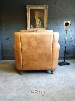 3008. Fauteuil Club Vintage En Cuir Beige Et Pouf Courier Av Chesterfield