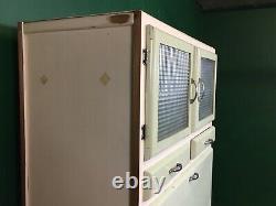 Ancien Armoire De Rangement Larder De Cuisine Peinte Dans Les Années 1960. Courrier Disponible