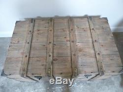 Grande Table Basse De Boîte De Coffre De Pirates Dans Le Dessus Fini De Chêne Vieilli