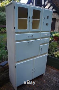 L'armoire De Garde-manger De Cuisine Originale Des Années 1950/1960 A Été Entièrement Restaurée