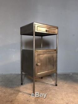 Le Tableau Industriel Vintage De Placard De Cabinet De Chevet A Dépouillé Le Métal Soviétique